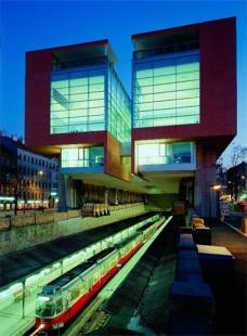 """Vídeň: Wagnerovo secesnímu """"metru"""" je již 115 let - Hlavní knihovna nad trasou metra U6 – původní Gürtellinie - foto: © Seidl"""