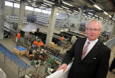 Nová výrobní hala na barevné plastové profily firmy Schüco byla otevřena ve Weißenfelsu, sídle divize plasty - Helmut Marzahn, ředitel divize plastů Schüco, představuje novou výrobní halu pro kašírování.