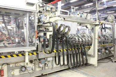 Nová výrobní hala na barevné plastové profily firmy Schüco byla otevřena ve Weißenfelsu, sídle divize plasty - Vysoce automatizovaná kašírovací linka významně zkracuje přípravné časy.