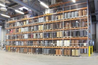 Nová výrobní hala na barevné plastové profily firmy Schüco byla otevřena ve Weißenfelsu, sídle divize plasty - Skladový regál nabízí místo pro 1.000 rolí fólií.