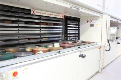 Nová výrobní hala na barevné plastové profily firmy Schüco byla otevřena ve Weißenfelsu, sídle divize plasty - Příprava nařezaných fólií na jednotlivé zakázky probíhá díky plně automatizovanému zásobníku v řádech sekund.