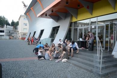 Ještěd f kleci 10 - slavnostní vyhlášení - Večírek se postupně přesunul před budou univerzity - foto: Martin Málek a Šimon Dušek