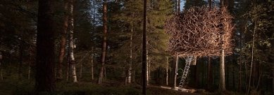 Hotelový pokoj mezi stromy ve švédském lese je téměř neviditelný