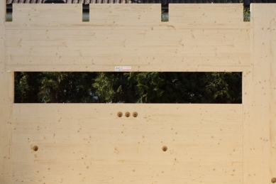 NOVATOP - lék na vady dřevostaveb - Interiérová pohledová strana panelu má připravené otvory pro rozvody již z výroby.