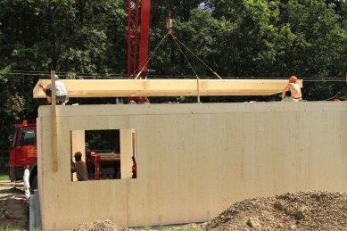 NOVATOP - lék na vady dřevostaveb - Montáž stropu-element je okamžitě pochozí a umoňuje montáž dalšího patra (2)