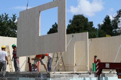NOVATOP - lék na vady dřevostaveb - Montáž velkých panelů minimalizuje počet spojů na stavbě-dům je jako stavebnice.