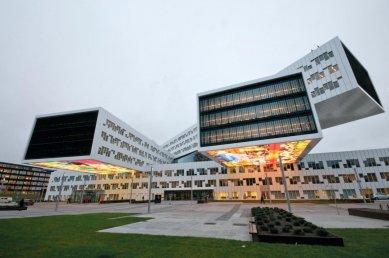 Nová 5paprsková administrativní budova energetické firmy Statoil ASA sídlí v prostorách bývalého letiště