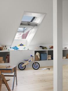 VELUX - podzimní cenové zvýhodnění - Bílá bezúdržbová střešní okna GGU s dřevěným jádrem ocení každý, kdo se nechce zabývat údržbou povrchu rámu a křídla střešních oken.