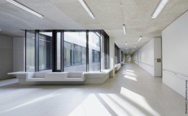Ukázkové školní zařízení pro více než 3 000 dětí vyrostlo vLucembursku - Vnitřní prostory lucemburské školy European School II charakterizuje množství denního světla, jemné světlé barvy a čisté struktury.
