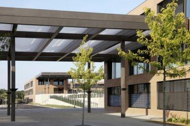 Ukázkové školní zařízení pro více než 3 000 dětí vyrostlo vLucembursku - Četné přístřešky jsou opatřeny membránami, které chrání proti dešti i UV záření.