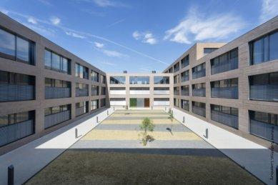 Ukázkové školní zařízení pro více než 3 000 dětí vyrostlo vLucembursku - Jedno z atrií mezi budovami. Každou okenní výplň tvoří dvě automatizovaná křídla se skrytým rámem Schüco AWS 75.SI TipTronic, kombinovaná s úzkým manuálně otevíratelným křídlem Schüco AWS 75.SI.