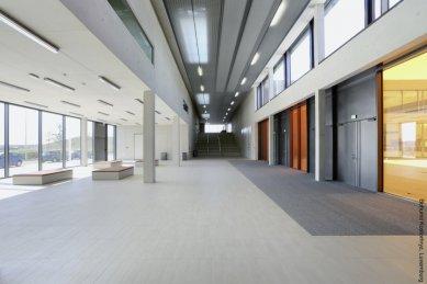 Ukázkové školní zařízení pro více než 3 000 dětí vyrostlo vLucembursku - interiéry zvýrazňuje pečlivě volený koncept barevných skel.