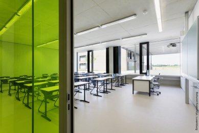 Ukázkové školní zařízení pro více než 3 000 dětí vyrostlo vLucembursku - Učebny vytvářejí příjemnou atmosféru ke vzdělávání. Prostory jsou díky dobré tepelné izolaci velkoformátových otvorových výplní, vybavených automatizovaným větráním a stíněním, prosvětlené a vzdušné. Přechody mezi interiérem a exteriérem jemně překlenují velkorysé pohledy do otevřených prostranství, nádvoří se zelení i okolní krajiny.