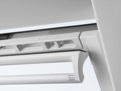 Díky novému designu je plocha zasklení střešního okna větší o 10 % - Střešní okna VELUX s horním ovládacím madlem mají zabudovanou ventilační klapku. Stačí jednou zatáhnout a čerstvý vzduch k vám bude proudit i při zavřeném okně. Díky filtru se dovnitř navíc nedostane žádný prach ani hmyz. Horní ovládací madlo s integrovanou ventilací v řadě Premium.