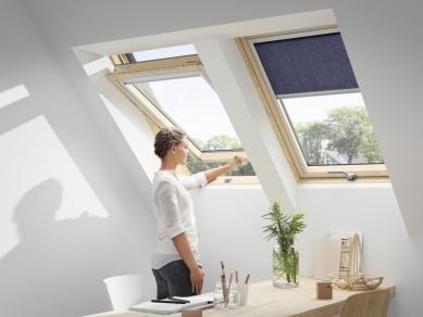 Díky novému designu je plocha zasklení střešního okna větší o 10 % - VELUX nově nabízí i kyvná střešní okna, která lze ovládat klikou ve spodní části okna. Jsou vhodná tam, kde je nutné okno umístit výše, např. kvůli vyšší nadezdívce.