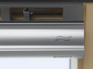 Díky novému designu je plocha zasklení střešního okna větší o 10 % - Střešní okna VELUX s horním ovládacím madlem mají zabudovanou ventilační klapku. Stačí jednou zatáhnout a čerstvý vzduch k vám bude proudit i při zavřeném okně. Díky filtru se dovnitř navíc nedostane žádný prach ani hmyz. Horní ovládací madlo s integrovanou ventilací pro řady Standard a Standard Plus.