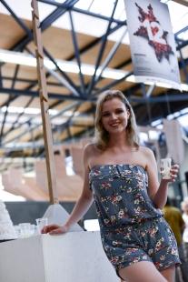 Ještěd f kleci 12 - slavnostní vyhlášení - Tina Peterková a její vítězství, hlavní cenu (věšák Tee v pozadí) věnovala firma TON - foto: Roman Dobeš
