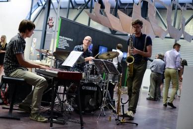 Ještěd f kleci 12 - slavnostní vyhlášení - kapela Snabba Pillar s bubeníkem BitMap Collective - foto: Roman Dobeš