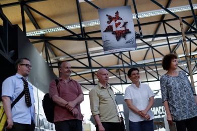 Ještěd f kleci 12 - slavnostní vyhlášení - Porota JFK [12] - zleva umělec Pavel Karous, architekti Jan Aulík, Svatopluk Sládeček, Jitka Ressová a teoretička Jana Tichá - foto: Roman Dobeš