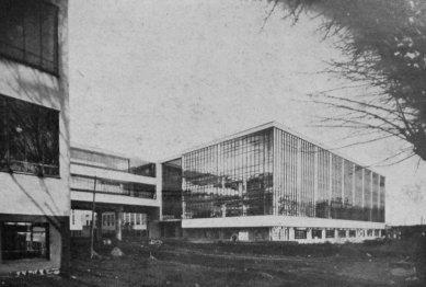 Karel Teige: Novostavby Bauhausu v Dessavě  - Dílny. Západ