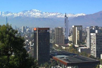 Výlet Santiago de Chile - Panorama města spohořím And: vpopředí GAM, vlevo Velká Věž (Gran Torre) Costanera, 2014, César Pelli, 300m; vpravo Věž Telefónica 1996, Iglesis Prat Arquitectos, 143m - foto: Ondřej Bartůšek