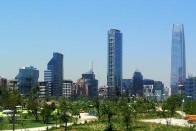 Výlet Santiago de Chile - Panorama Sanhattan: Costanera, 300m, dokončena 2014 a druhá nejvyšší Věž Titanium, 2010, Abraham Senerman, studio Senarq, 198m - foto: Ondřej Bartůšek