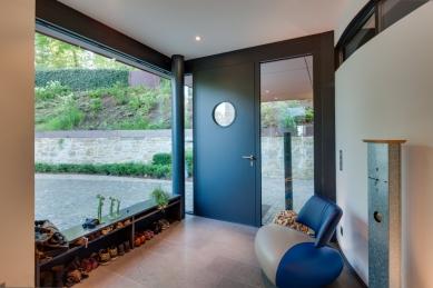 """Sofistikované bydlení v kopci aneb dům se skleněnou """"hlavou"""""""