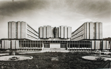 Přeformátováno - pozvánka na komentovanou prohlídku FI MU - Jan Dvořák, areál výzkumných ústavů na Botanické ulici v Brně, 1975-1988