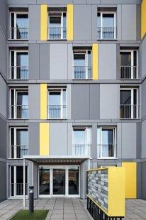 Modulární stavební konstrukce s úspornými okny Schüco Alu Inside, která přispívají k prakticky nulovým nákladům za topení a teplou vodu - Nepravidelně rozmístěná okna oživují vzhled fasády pětipatrových budov. - foto: Schüco International KG a LiWooD, München