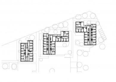 Modulární stavební konstrukce s úspornými okny Schüco Alu Inside, která přispívají k prakticky nulovým nákladům za topení a teplou vodu - Tři stavební objekty s jedno-, dvou- a třípokojovými apartmány pro celkem 265 studentů. Venkovní prostor zahrnuje parkoviště, zastřešené stojany na kola, grilovací koutek a centrální prádelnu. - foto: LiWooD, München