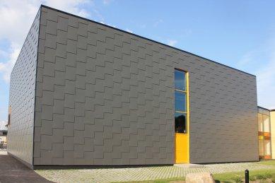 Hravá fasáda na střední škole, Kisa, Švédsko