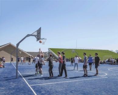 Sportoviště pro gymnasium v Hellerup od BIG - foto: Rasmus Hjortshoj