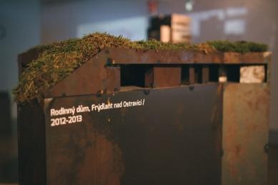 Laserová pyramida září v brněnské galerii