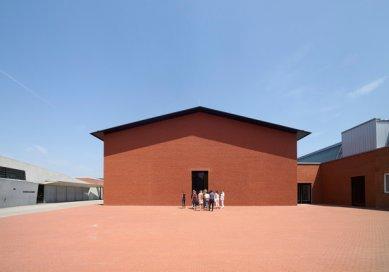 Výstavní sklad nábytku v areálu Vitra od H&deM - foto: © Vitra Design Museum / Julien Lanoo