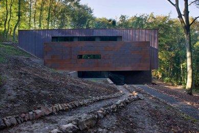 Rodinný dům zasazený do přirozeného prostředí vyrostl v Belgii - Fasáda na vstupní (severní) straně upoutá pozornost tříúrovňovým uspořádáním. Na spodní cihlovou část (suterén) navazuje  - foto: Laurent Brandajs