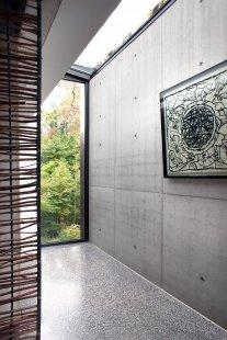 Rodinný dům zasazený do přirozeného prostředí vyrostl v Belgii - Denní světlo do domu vstupuje také skrze skleněné střešní prvky (využito bylo systému Schüco FW 50+). - foto: Jasmine van Hevel