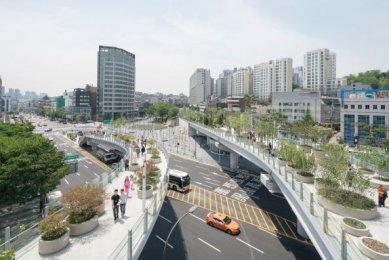 Zahrada na dálničním mostě v Soulu od MVRDV - foto: Ossip van Duivenbode