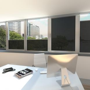 Novinky Schüco pro pasivní i aktivní ochranu budov nejen proti slunci - Sluneční clona Integralmaster je vhodná pro novostavby, modernizace, rezidenční bydlení i komerční projekty. Model SGHS 03 s vysoce reflexní fólií skvěle ochrání před přímým slunečním zářením. Záři odráží z 97 %, čímž poskytuje kvalitní zastínění na pracovištích, včetně těch se ztíženými podmínkami.