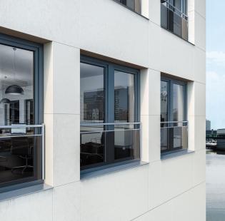 Nové bezpečnostní zábradlí pro plastová okna Schüco  kombinuje sklo a nerezovou ocel - Nové bezpečnostní zábradlí kombinující sklo a ocelové trubky nabídlo pro plastové okenní profily Schüco třetí atraktivní variantu.