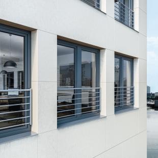 Nové bezpečnostní zábradlí pro plastová okna Schüco  kombinuje sklo a nerezovou ocel - Varianta zábradlí Schüco z různých velikostí tyčí podporuje individualitu každého projektu.