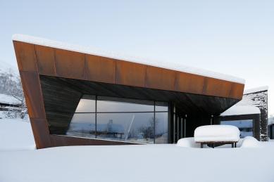 Bludný kámen poskytuje soukromí ivýhledy na vrcholky hor - Rozsáhlá, úzkými profily rámovaná prosklená fasáda v kombinaci s rezavou patinou ocelových plechů Corten a smrkového obložení: To je rezidence Black Lodge v Ålesundu, Norsko. - foto: Invit Arkitekter, Ålesund / Johan Holmquist