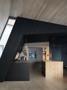 Bludný kámen poskytuje soukromí ivýhledy na vrcholky hor - Interiér je obložen mořeným i přírodním dřevem. - foto: Invit Arkitekter, Ålesund / Johan Holmquist