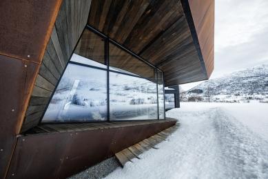 Bludný kámen poskytuje soukromí ivýhledy na vrcholky hor - Tvar budovy navržený studiem Invit Arkitekter připomíná skály nedalekých hor. - foto: Invit Arkitekter, Ålesund / Johan Holmquist