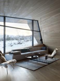 Bludný kámen poskytuje soukromí ivýhledy na vrcholky hor - Vysoce izolované prosklené fasády Schüco FW 50+.SI a dveřní systémy si poradily s chladným norským regionem.  - foto: Invit Arkitekter, Ålesund / Johan Holmquist