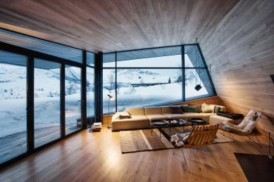 Bludný kámen poskytuje soukromí ivýhledy na vrcholky hor - V obývacím pokoji je fasádní systém Schüco FW 50+.SI kombinován se shrnovacím posuvným dveřním systémem Schüco ASS 70 FD, což zajišťuje panoramatické výhledy a v teplých dnech přímý vstup na terasu. - foto: Invit Arkitekter, Ålesund / Johan Holmquist
