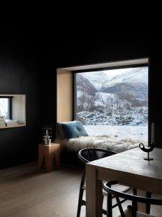 Bludný kámen poskytuje soukromí ivýhledy na vrcholky hor - Odpočinkový kout s výhledem: Bez energetických ztrát, s obrazem měnící se přírody (fasádní systém Schüco FW 50+.SI). - foto: Invit Arkitekter, Ålesund / Johan Holmquist