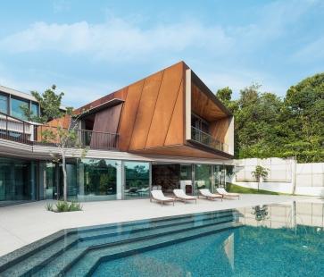 House X v Singapuru - Hlavní obytná místnost majitelů je umístěna v prostoru kubických tvarů, který je zdůrazněn a vynesen díky obložení ocelovými plechy Corten s rezavou patinou. - foto: Khoo Guojie, Singapore