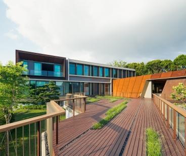 House X v Singapuru - Konstrukce různých budov odráží jak charakter svahu, tak diamantový tvar pozemku. Fasáda obytné budovy kombinuje systémy Schüco ASS 50.NI a Schüco ADS 65.NI s konzolovými slunečními clonami.  - foto: Khoo Guojie, Singapore