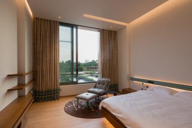 House X v Singapuru - Jedna z mnoha ložnic/hostinských pokojů, která je zařízena jednoduše co do barev, materiálů a příslušenství (Schüco ASS 50.NI). - foto: Khoo Guojie, Singapore