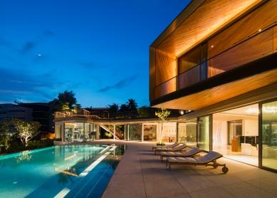 House X v Singapuru - Společné, jídelní a fitness prostory se nacházejí kolem bazénu. Téměř bezrámové velkoformátové posuvné systémy (Schüco ASS 50.NI) nerušeně propojují vnitřní a venkovní prostory. - foto: Khoo Guojie, Singapore